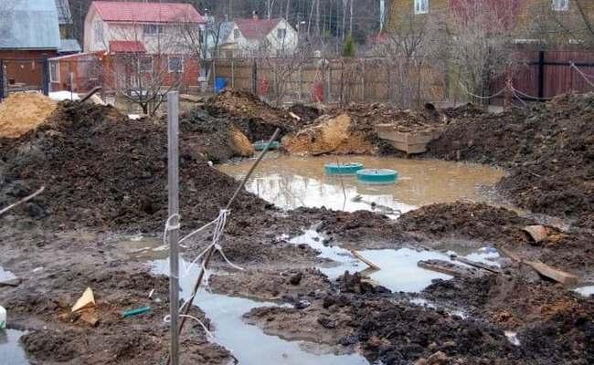 Из-за высокого уровня грунтовых вод появилось болото возле септика