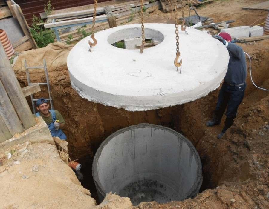 Процесс установки колец из бетона